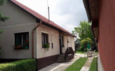 3+1 szobás 150m2-es családi ház eladó 70m2-es 2 szobás melléképülettel