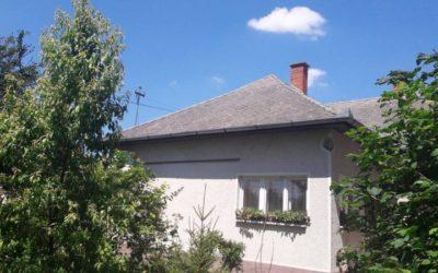 90m2-es 2 szobás felújítandó családi ház eladó 1521m2-es telekkel