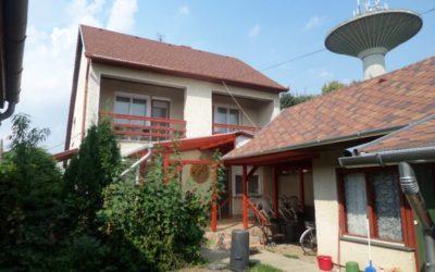 Központi helyen 2 szintes 6szobás külön apartmanos ház eladó 2 utcára nyílóan