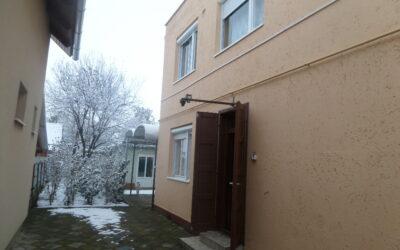 Bánom kertben téglaépítésű családi ház eladó 2 apartmannal bebútorozva