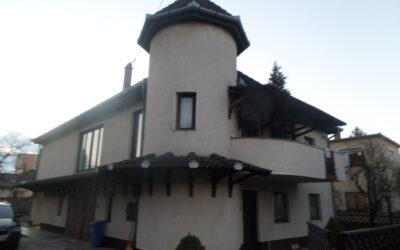 Fürdőnél Szabó Lőrinc utcán téglaépítésű ház eladó apartmannal