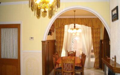 Központban szigetelt,igényes 7 szobás családi ház apartmannal eladó.