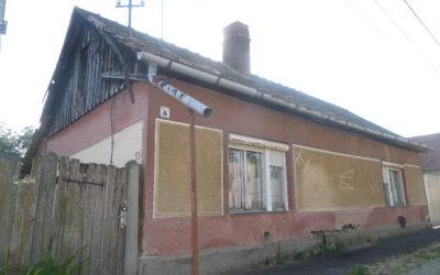 Központban eladó kis telek bontandó házzal minden közművel