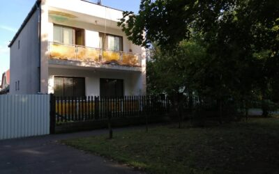 Hőforrás utcán 2 szintes téglaépítésű ház eladó mellékkel