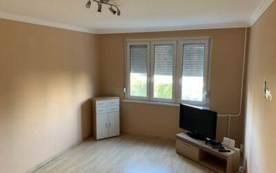 Debrecenben 5.emeleti felújított 1,5 szobás lakás eladó