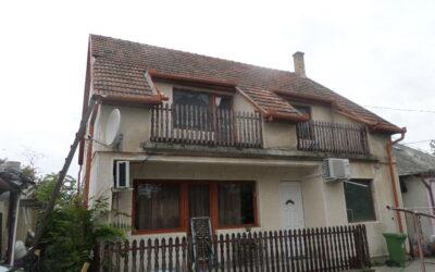 Semmelweis utcán eladó 2 szintes téglaépítésű családi ház