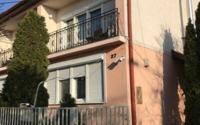 Arany János utcán 2 generációs családi ház eladó lakni és vendégtartásra egyaránt