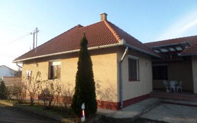 Központi részen 2009-ben épült 3 szoba nagy nappalis szép családi ház eladó garázzsal