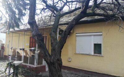 Kígyó utcán 2 szobás beton alapon lévő cirkófűtéses ház eladó mellékkel garázzsal