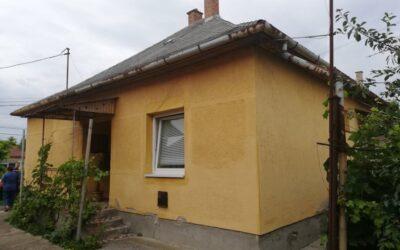 Központhoz közel 3 szobás beton alapon lévő ház eladó lakható mellékkel