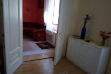 Központban 2 szobás beton alapon lévő ház eladó kis telken
