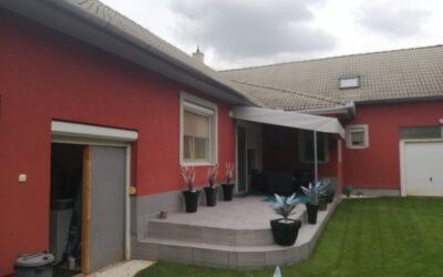 Fürdő bejáratánál eladó egy 2004-ben épült 2 lakóházból álló ingatlan  3 garázzsal
