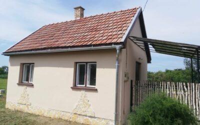 Téglaépítésű nagy teraszos zártkerti kis ház eladó 2 szobával fürdőszobával