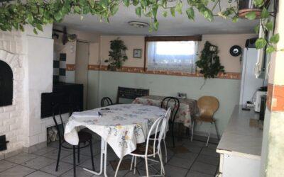 Kertvárosi 2 szobás nagy nappalis ház lakható mellékkel eladó