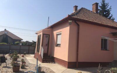 Központhoz közeli 3 szobás ház lakható mellékkel eladó