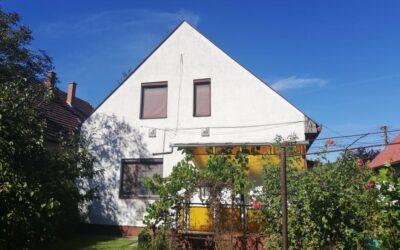 Zenetelepen eladó 2 szintes téglaépítésű családi ház garázzsal kis kerttel