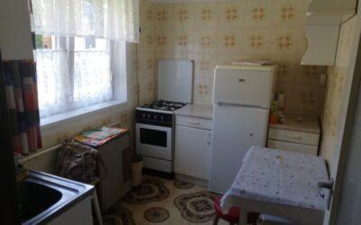 Fürdőnél eladó 2 szobás földszinti erkélyes kertkapcsolatos lakás