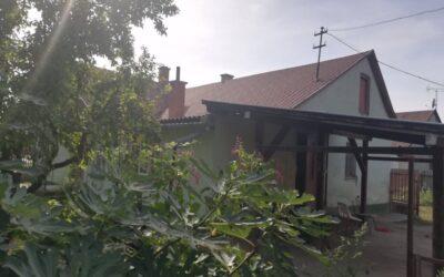Kertvárosban gazdálkodásra alkalmas telken eladó családi ház istállóval
