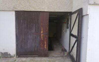 Bányász utcán szerelőaknás garázs eladó vízórával ellátva