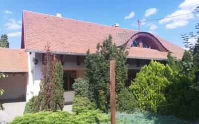 Központhoz közel eladó szép minőségi ház dupla garázzsal