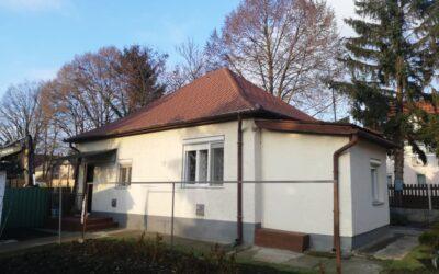 Központi helyen 2 szobás beton alapon lévő ház eladó új tetővel kis kerttel