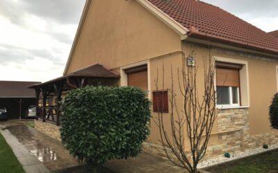 Kertvárosban 2002-ben épűlt gyönyörű szigetelt családi ház eladó terasszal dupla garázzsal