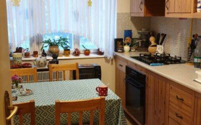 Téglaépítésű magasföldszinti 2,5 szobás világos lakás eladó kertkapcsolattal