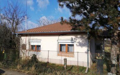 Beton alapon lévő 2 szobás szépen felújított ház eladó új tetővel cirkófűtéssel