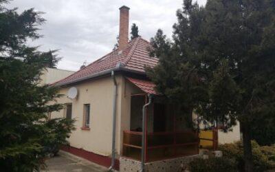 Bánom kert elején eladó egy beton alapon lévő ház új tetővel lakható mellékkel