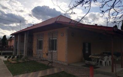 Arany János utca környékén eladó egy teljesen felújított családi ház nagy fedett terasszal új tetővel