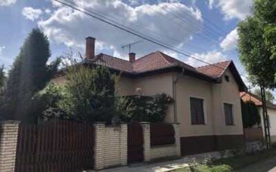 Központban csendes utcában 3 szobás családi ház jó áron eladó