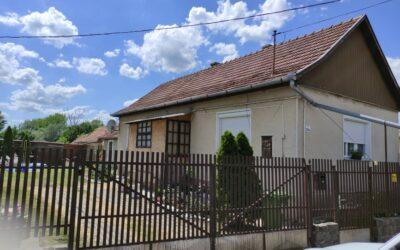 Bárány utcán eladó egy beton alapon lévő 2 szobás családi ház lakható mellékkel