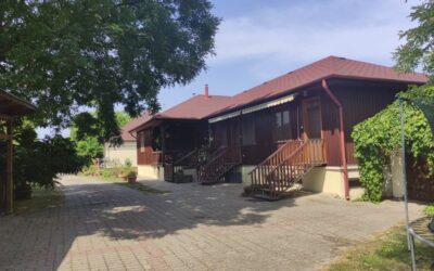 Bajcsy Zsilinszky utcán eladó 2 családi ház 3 apartmannal medencével teniszpályával nagy telken