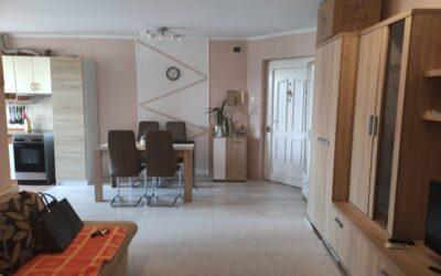 Szurmai utcán 1 emeleti 2 szoba nappalis tágas világos szép lakás eladó autóbeállóval