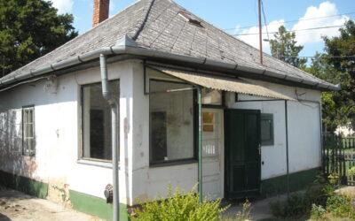 Nádudvari úton 1+félszobás családi ház eladó.