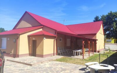Központhoz közel eladó egy teljesen felújított 7 szobás 4 fürdőszobás családi ház térkövezett udvaron