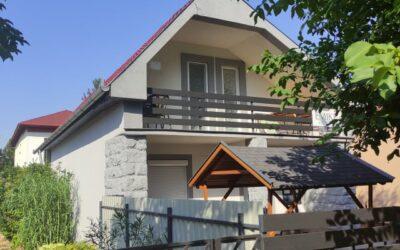 Muskátli utcán 6 szobás téglaépítésű szigetelt teljesen felújított üdülő eladó