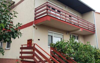 Vörösmarty utcán eladó egy 8 szobás 3 szintes ház étteremmel  4 különálló apartmannal