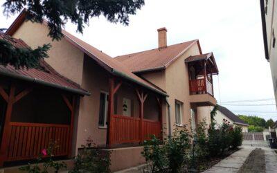 Vörösmarty utcán eladó egy szigetelt teljesen felújított családi ház 2 különálló apartmannal