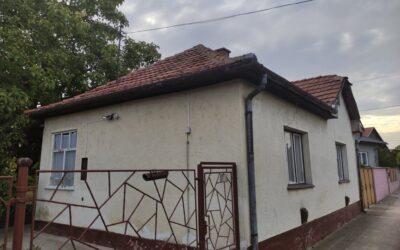 Központhoz közel eladó 2 szobás családi ház