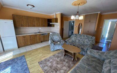 Szurmai utcán fürdőnél eladó  2005 -ben épült 1+2 félszobás nagy nappalis cirkófűtéses erkélyes lakás