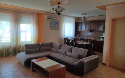 Szurmai utcán eladó egy újépítésű 1 emeleti 3 szoba nagy nappalis 2 erkélyes 2 fürdőszobás szép lakás